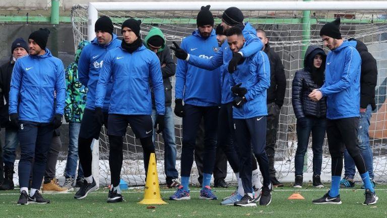 Силният дъжд не спря Левски за вечерна тренировка (видео)