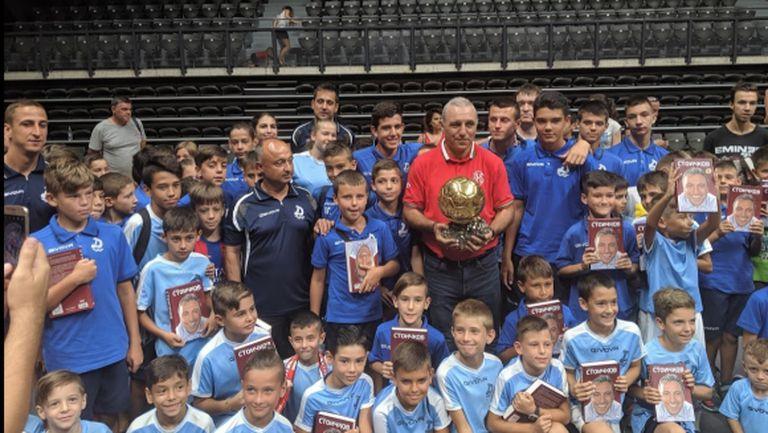 Русе припомни на Стоичков някои от най-великите моменти от САЩ '94, той подари на града специални футболни обувки