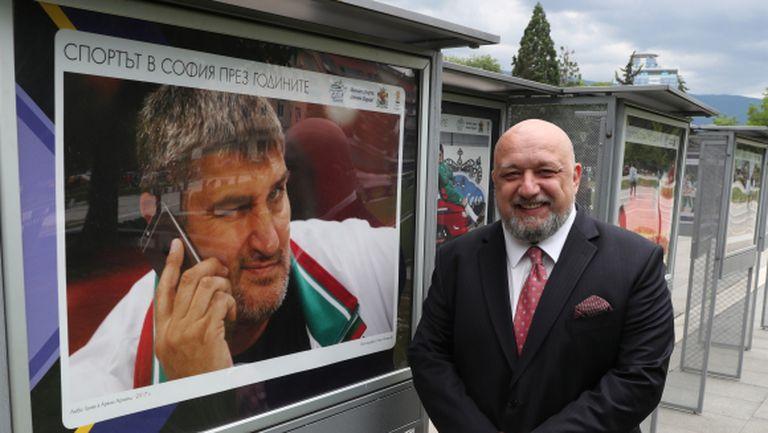 Министър Кралев посети изложбата на спортния фотограф Иван Йочев (снимки)
