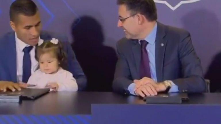 """6-месечната дъщеря на Мурийо """"подписа"""" договора му с Барса"""