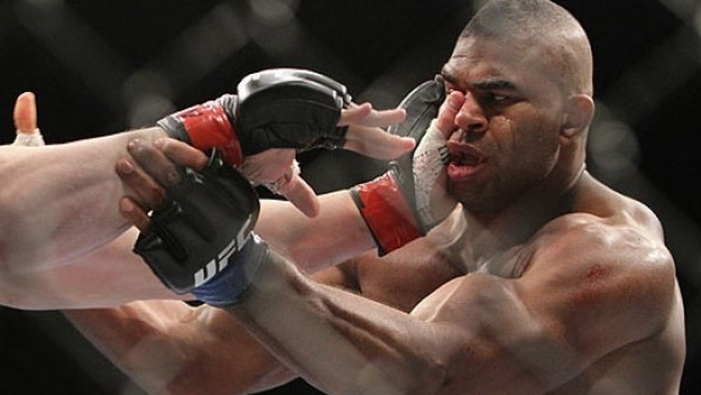 UFC работят по нови ръкавици за намаляване на бъркането в очите