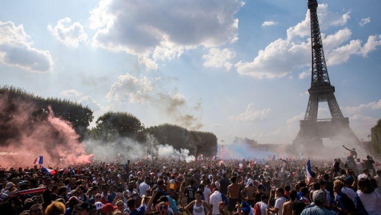 90 000 в екстаз пред Айфеловата кула след победата на Франция (видео)