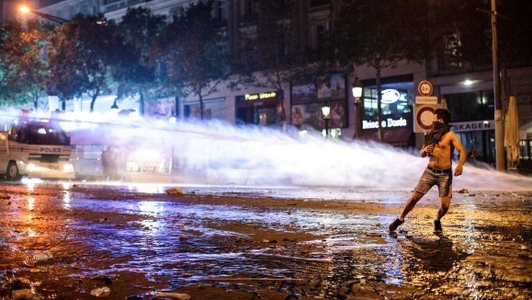 Сблъсъци между фенове и полиция в Париж след световната титла за Франция