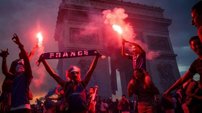 Ликовете на героите за Франция осветиха Триумфалната арка (видео)