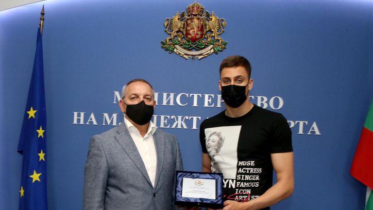 Сребърният медалист от ЕП Йосиф Миладинов с почетен плакет от държавата