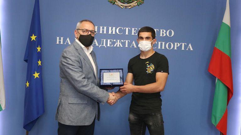 Министър Кузманов награди Рухан Расим за бронза на Европейското
