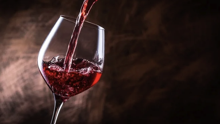 Шеф на Барса изпил две бутилки вино за 700 евро, чакал клуба да ги плати