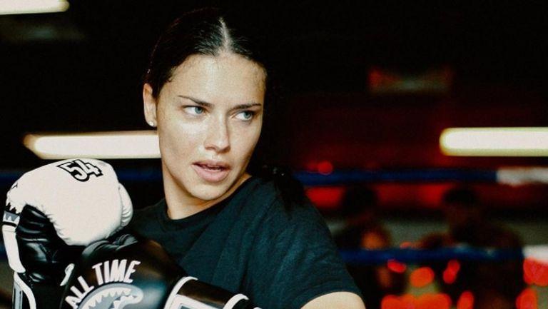 Адриана Лима разпалва фантазиите на боксовия ринг