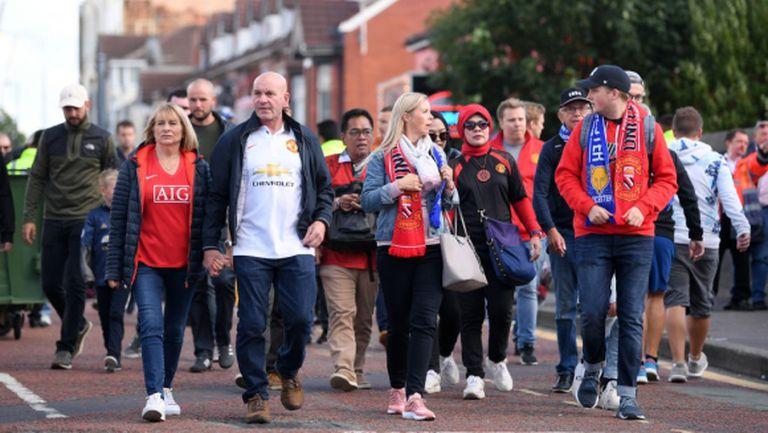Феновете на Юнайтед поръчаха самолет за протестен лозунг, но не срещу Моуриньо