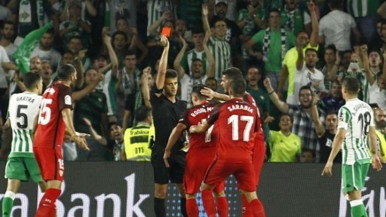 Вижте дискусионния червен картон в дербито на Севиля (видео)
