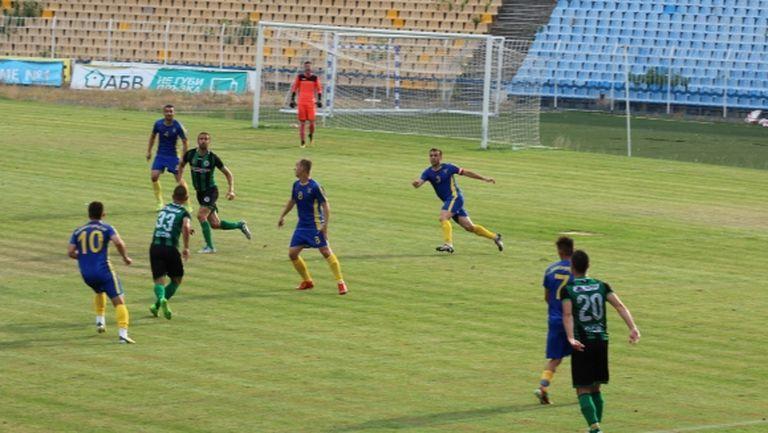 Деян Христов с два гола при нова победа на Нефтохимик