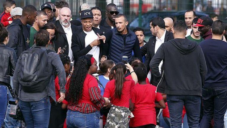 Стотици паднаха на колене пред Килиан Мбапе (видео)