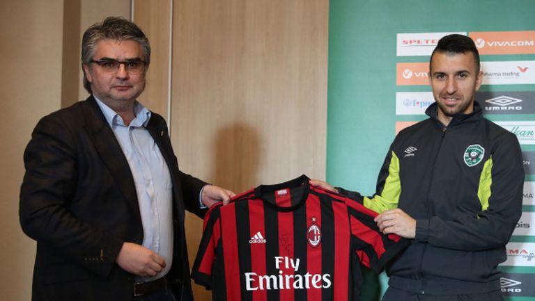 Дяков позира с фланелката на Милан