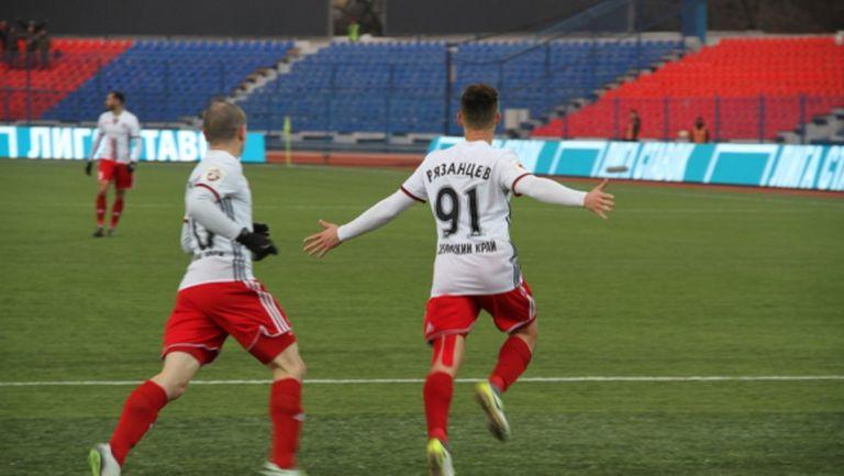 Занев изкара червен картон на съперник и получи травма при важна победа на Амкар