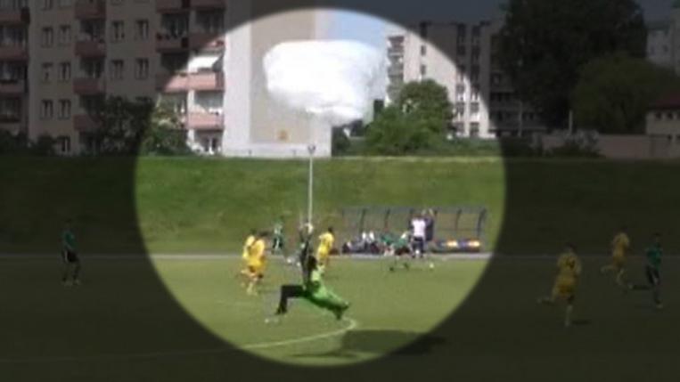 Куриоз на мач в Полша - парашутист се приземи на терена и... получи жълт картон (видео)