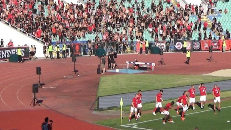 Футболистите на Крушчич загряват за финалния сблъсък под бурните скандирания на техните фенове