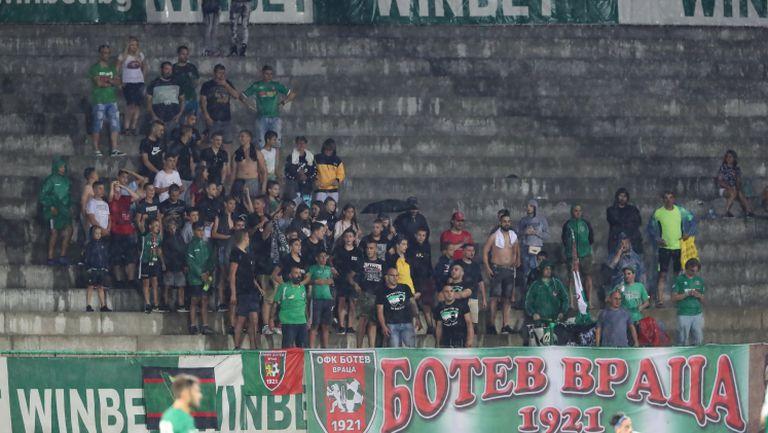 Привържениците на Ботев (Враца) пеят любимите си песни по време на мача с Дунав