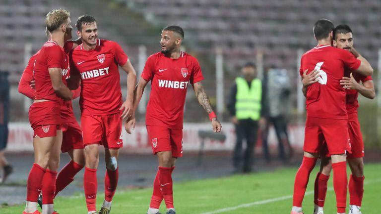 Радост за футболисите на Царско село и Любо Пенев след победата над Септември