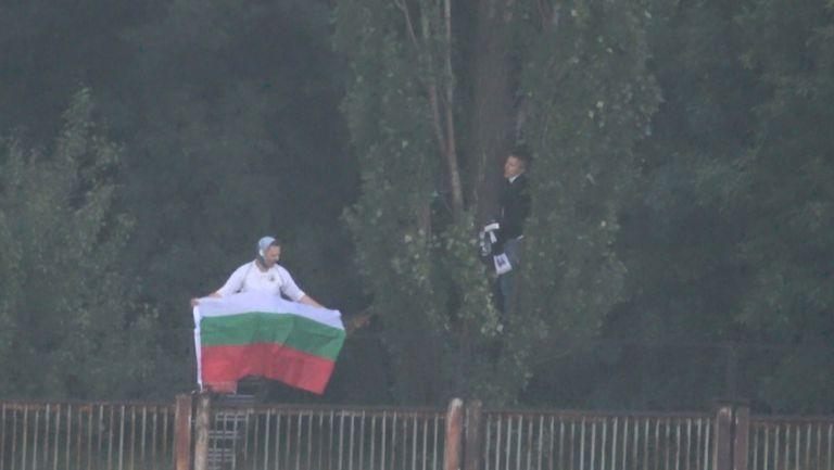 Белите фенове ликуват зад оградата след гола във вратата на Ботев