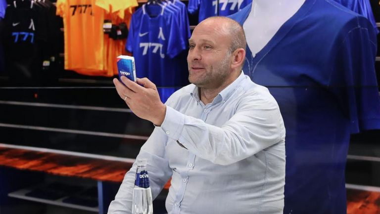 """Представителят на """"Макрон"""" подхвърли кърпички към Тити Папазов, който пък обеща, че няма да се разплаче"""