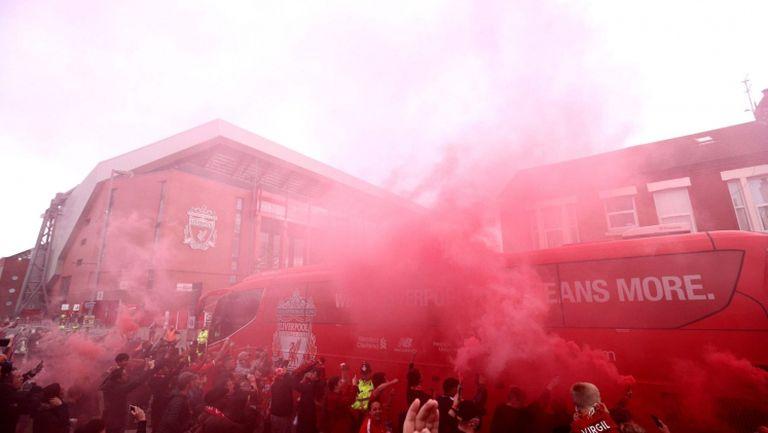 През шпалир от червени факли тимът на Ливърпул пристигна на Анфийлд