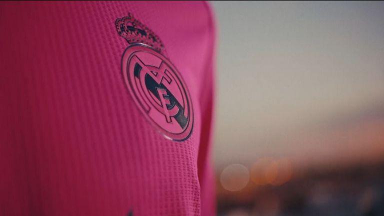Реал Мадрид се завръща към розовите екипи