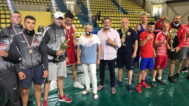 Красимир Инински награди победителите в Държавното по бокс