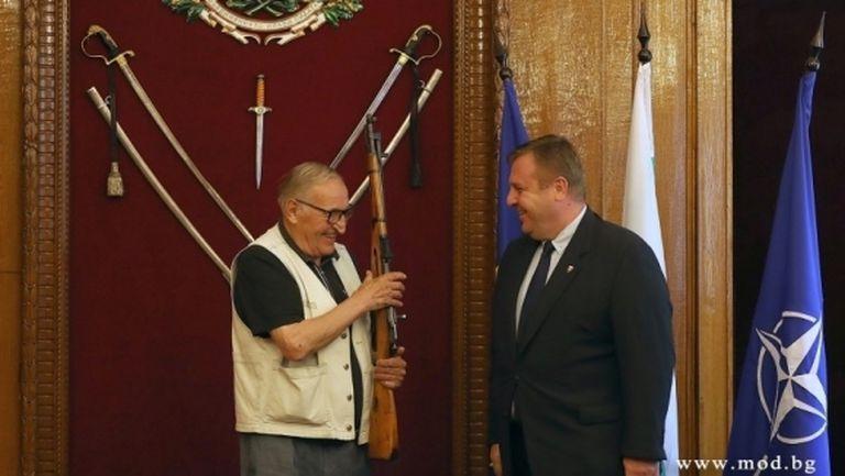 Каракачанов награди Пенев с карабина и заяви: Цялата армия се гордееше с играта на ЦСКА (видео)