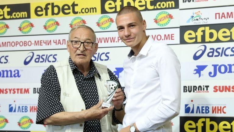 Наградиха Антов за играч на 31 кръг, Пената му подари снимка