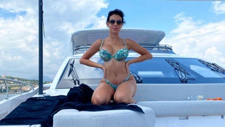 Джорджина спира дъха на яхта (снимки)