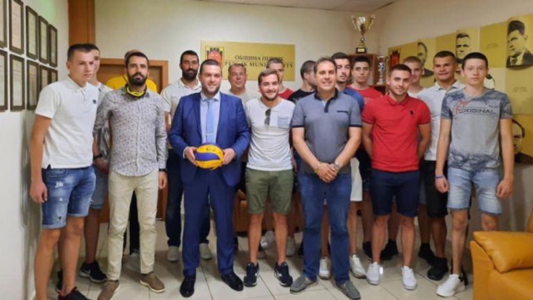 Перник посрещна подобаващо младите си волейболисти