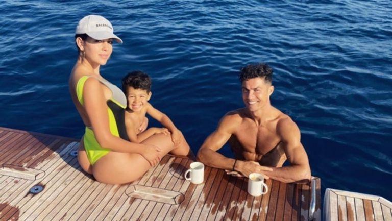 Роналдо се отдаде на семейни летни приключения на суперлуксозна яхта (снимки)