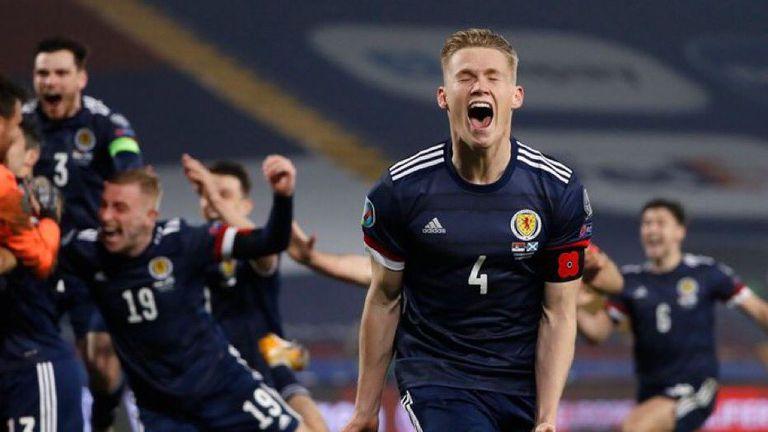 Гол на Мактоминей в 94-тата минута донесе ценен успех на Шотландия в битката за второто място