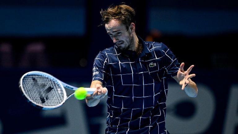 Медведев изненада Джокович и се класира за полуфиналите в Лондон
