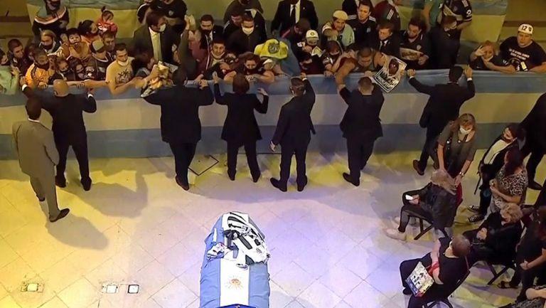 Хиляди скланят глави пред саркофага на Диего
