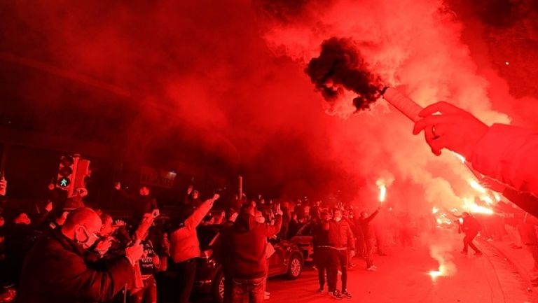 Феновете на Наполи посветиха пирошоу в чест на Диего Марадона