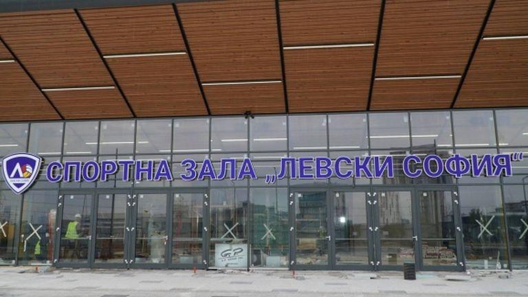 """Слагат седалките в зала """"Левски София"""" (снимки)"""