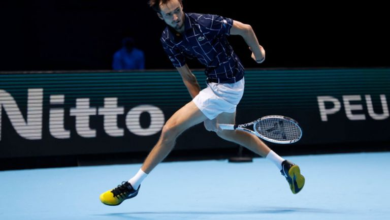 Медведев постигна трета поредна победа в Лондон