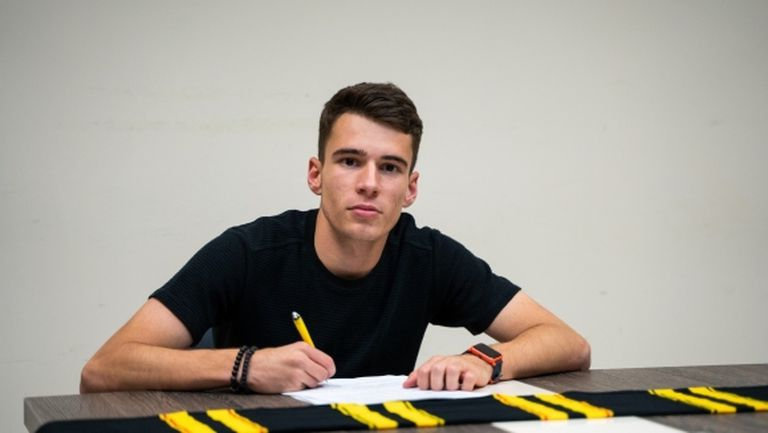 Юноша на Ботев (Пд) подписа първи професионален договор с клуба