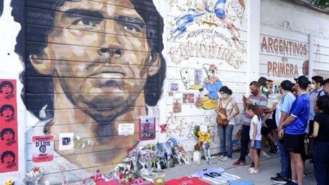 Повече от пет часа продължава поклонението на Марадона