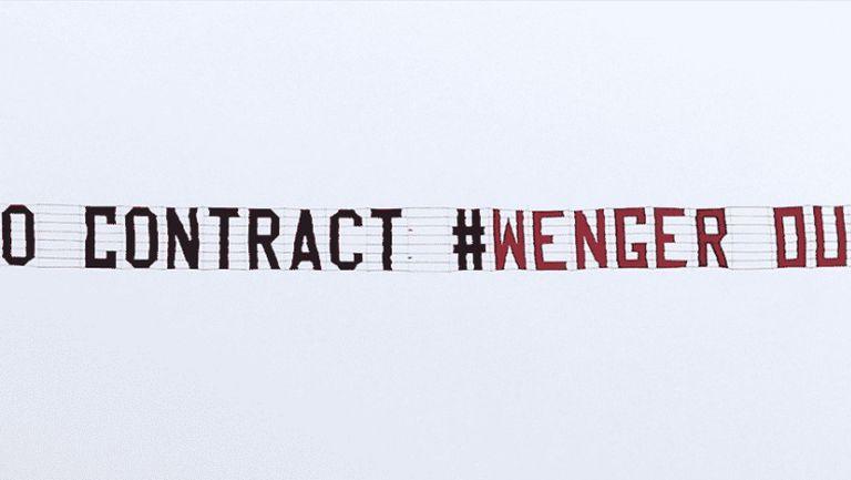 И феновете на Арсенал с послание към Венгер от въздуха