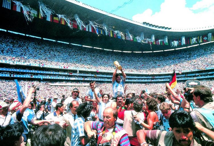 Великанът Марадона на 57