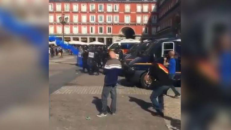 Феновете на Лестър в сблъсъци с полицията в центъра на Мадрид