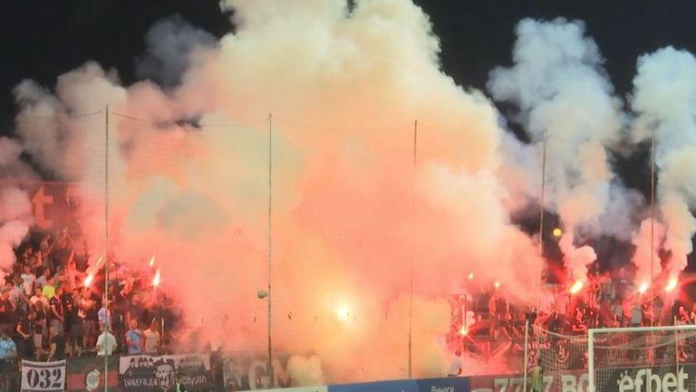 """Заря, факли и димки от трибуна """"Бесика"""" срещу Левски"""