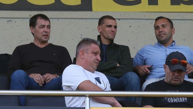 Хубчев гледа пловдивското дерби на празния стадион