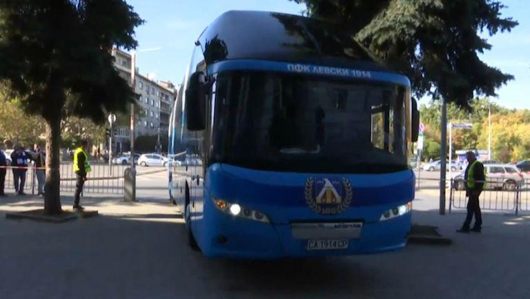 """Автобусът на """"сините"""" пристигна на стадион """"Васил Левски"""""""