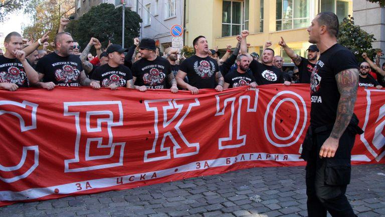 """Шествието на """"червените"""" фенове преди дербито с Левски"""