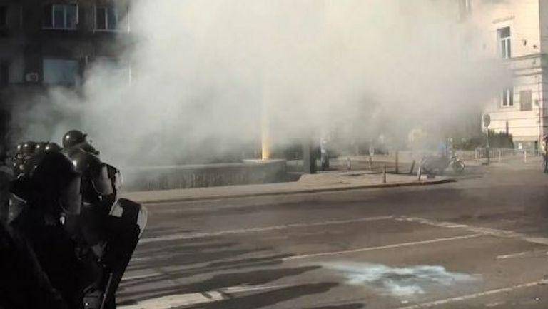 Феновете на Левски хвърлиха бомба срещу полицаи