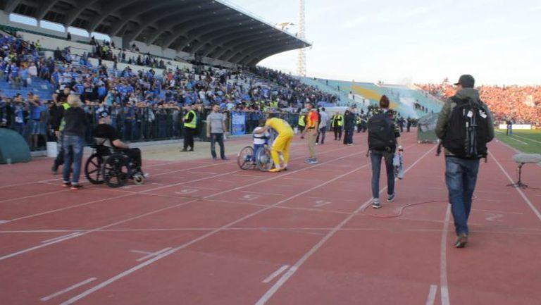 Божидар Митрев зарадва свой малък фен след мача