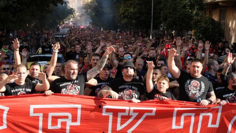 """""""Червена"""" инвазия към стадион """"Васил Левски"""" (видео+галерия)"""